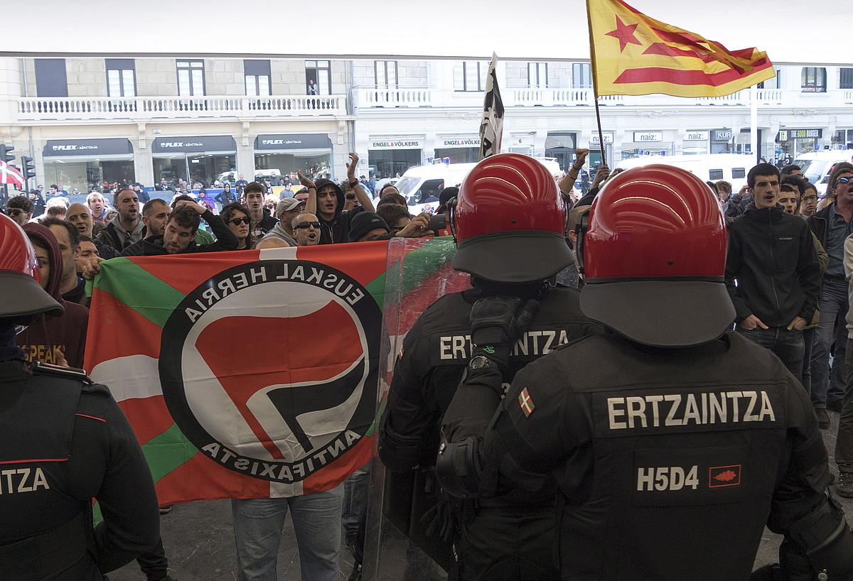 Hainbat antifaxista, atzo, Donostian, Kursaal atarian Voxen ekitaldia zela eta, Ertzaintza aurrean zutela. / A. CANELLADA/ FOKU