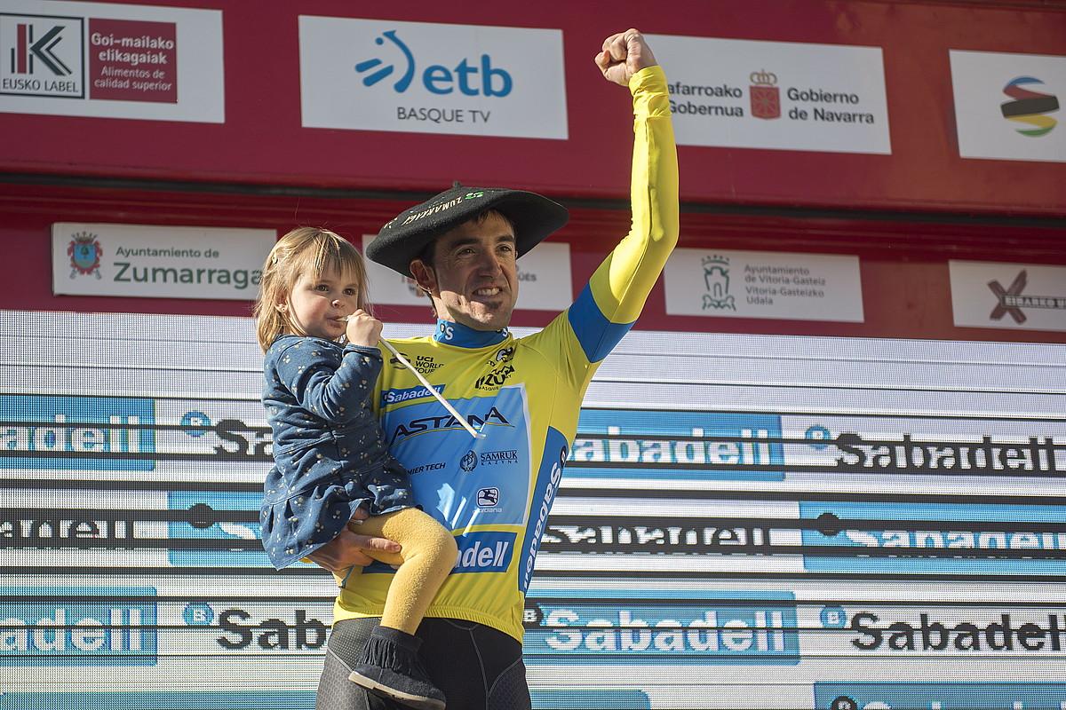 Ion Izagirre, alaba besoetan duela, Euskal Herriko Itzulia irabazi izana ospatzen, podiumean, atzo, Eibarren. ©JUAN CARLOS RUIZ / FOKU