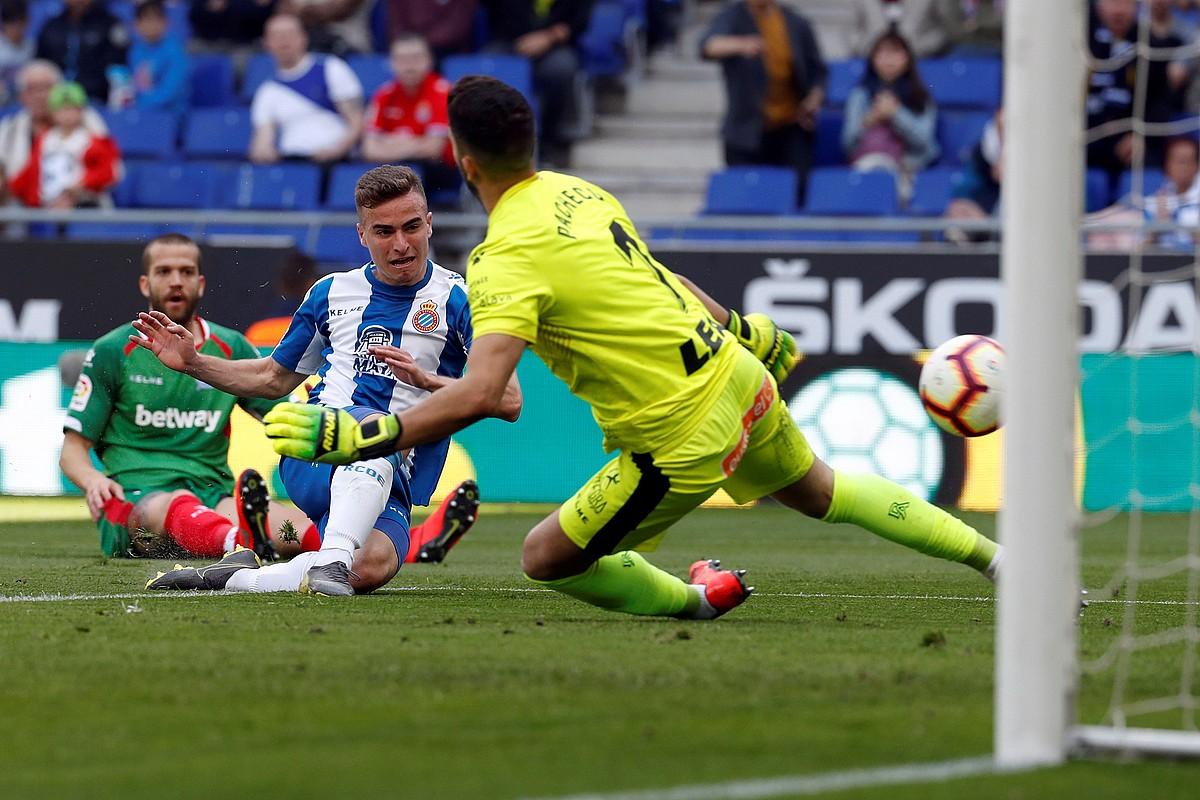Adria Pedrosa Espanyoleko jokalaria, Fernando Pacheco gaindituz eta partidako lehen gola sartuz, atzo, Cornella-Praten. ©TONI ALBIR / EFE