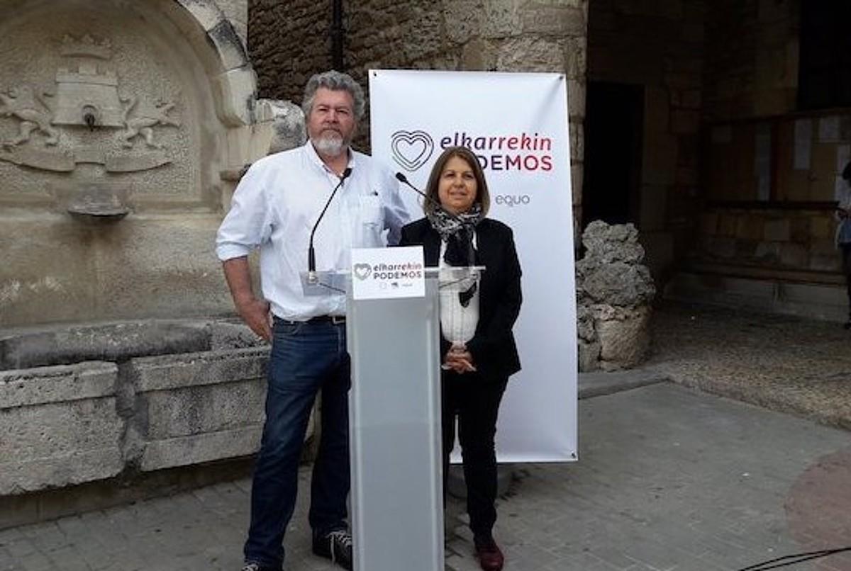 Juantxo Lopez de Uralde eta Kontxi Palencia Elkarrekin Podemoseko hautagaiak, atzo, Trebiñun. / BERRIA