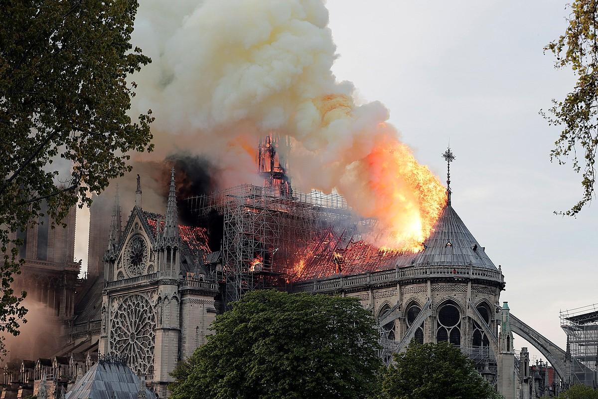 Notre Dame katedralaren sabaia sutan, atzo arratsaldean, Parisko erdigunean. Katedralaren gezia eta sabaia erori ziren. ©IAN LANGSDON / EFE