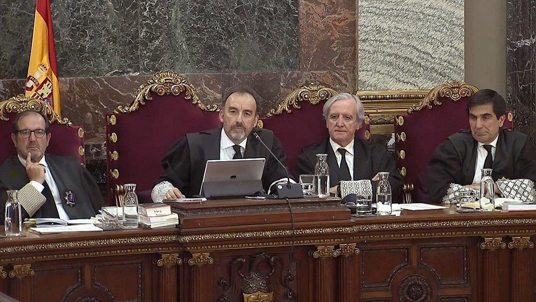 Manuel Marchena epaimahaiburua —ezkerrean—, eta Juan Ramon Berdugo magistratua, joan den asteko saioetako batean. ©EFE