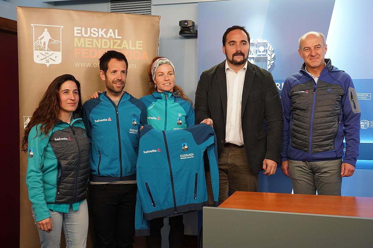 Irati Anda, Iñaki Uribe-Etxebarria, Oihana Azkorbebeitia, Jon Redondo eta Joserra Alonso, atzoko ekitaldian.