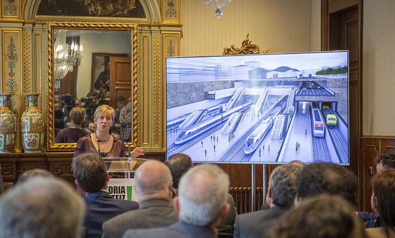 Arantxa Tapia, Gasteizko tren geltokiaren proiektua aurkezten.