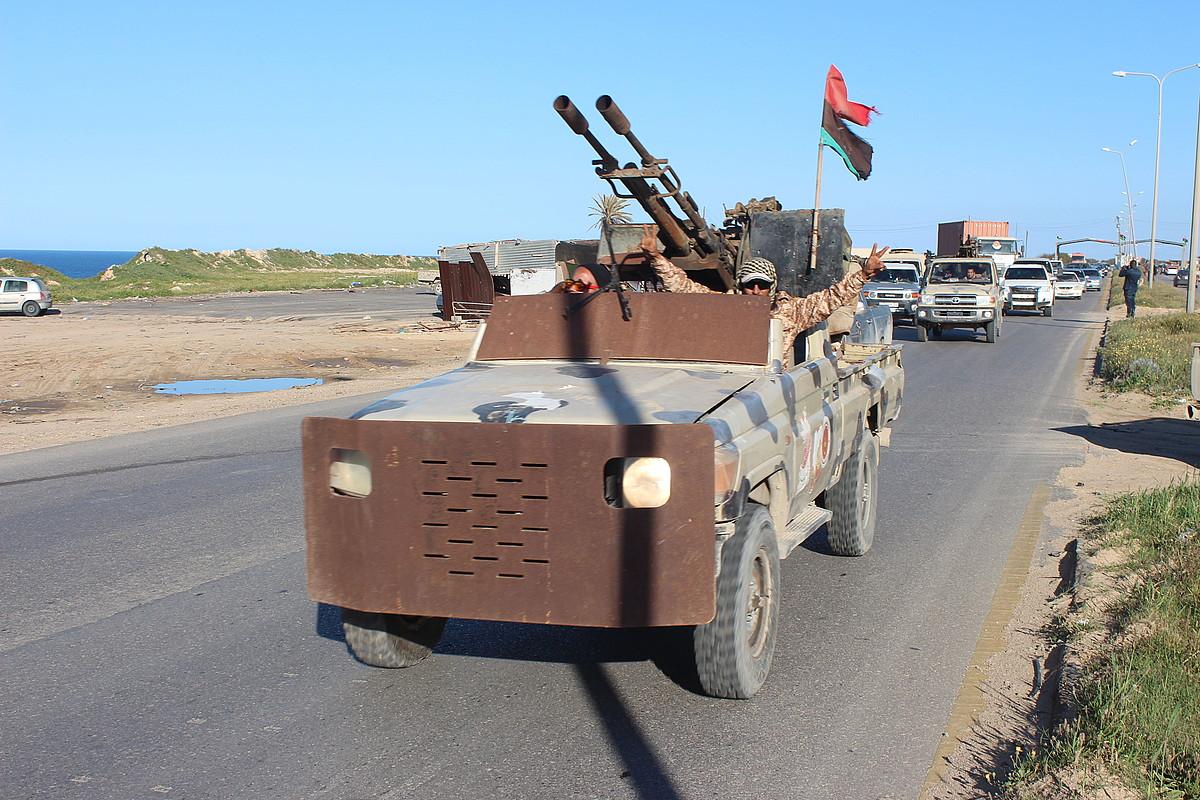 Tripoliko gobernuaren aldeko milizianoak Haftarren indarren aurkako frontera joaten, joan den astean. ©EFE