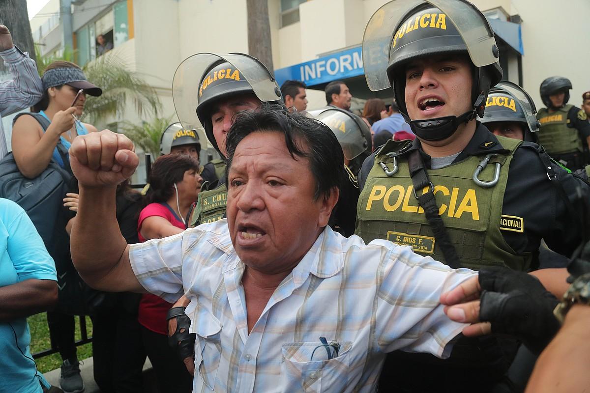 Alan Garcia presidente ohiaren jarraitzaile bat Limako Casimiro Ulloa ospitalean, atzo. ©ERNESTO ARIAS / EFE