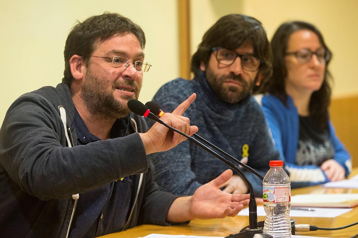 Albano Dante Fachin Front Republica koalizioko zerrendaburua —ezkerrean—, alboan Guillem Fuster (Poble Lliure) eta Muriel Rovira Esteva dituela (Pirates de Catalunya), Front Republica aurkezten, martxoaren 15ean.