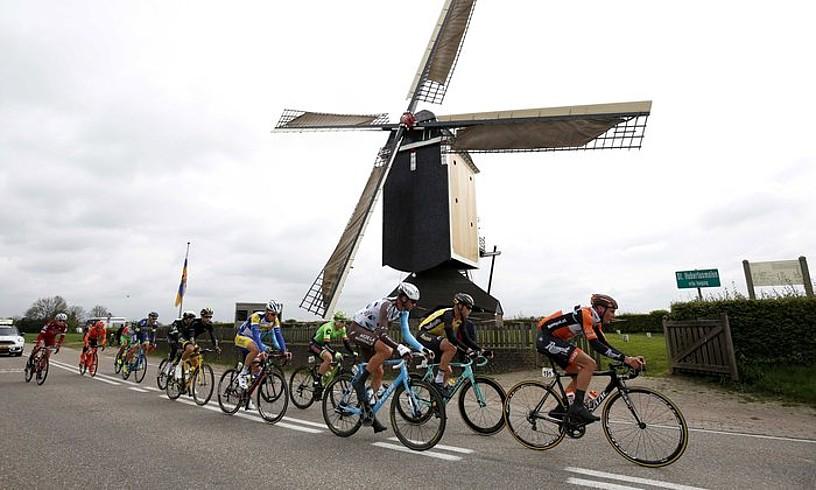 Amstel Gold Raceko parte hartzaileak Hubertus errotaren aurretik pasatzen, iazko ekitaldian. ©BAS CZERWINSKI / EFE
