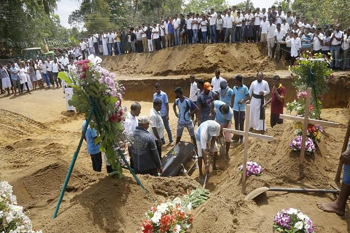 Igandeko atentatuetan hildako hainbat lagun lurperatu zituzten atzo Kolonbon. Dolu egun nazionala izan zen atzo. ©M.A. PUSHPA KUMARA / EFE