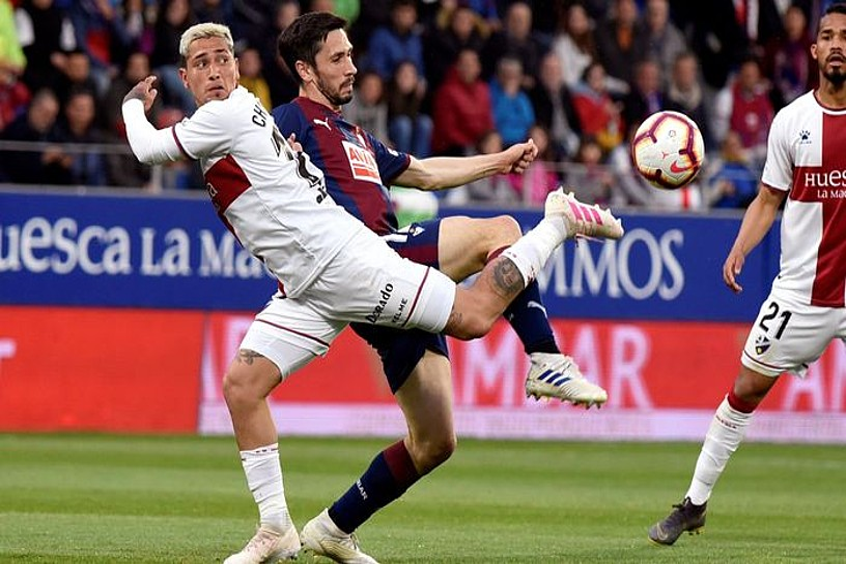 <b>Huescako Chimy Avila eta Eibarreko Paulo Oliveira baloia lortzeko lehian, atzoko partidan.</b> &copy;JAVIER BLASCO / EFE