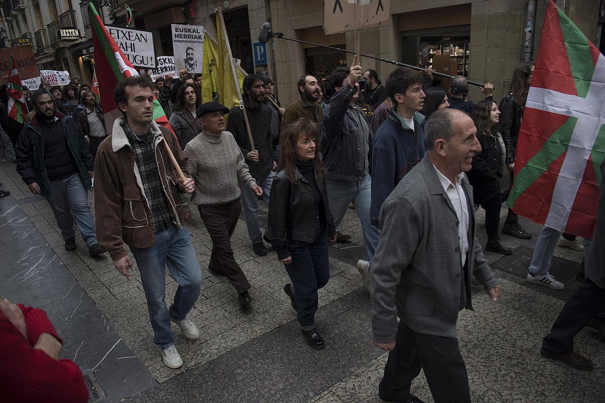 Fikziozko manifestazio bat grabatu zuten atzo Donostiako Parte Zaharrean. ©JUAN CARLOS RUIZ / FOKU