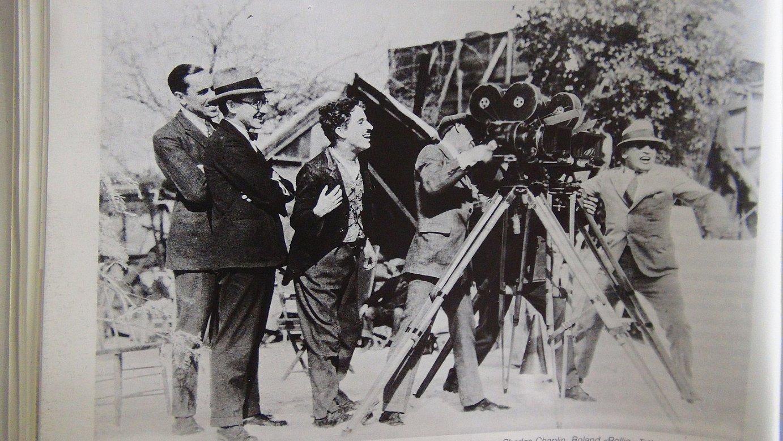 Chaplin <em>The Gold Rush</em> grabatzen, gibelean Abadia duela.