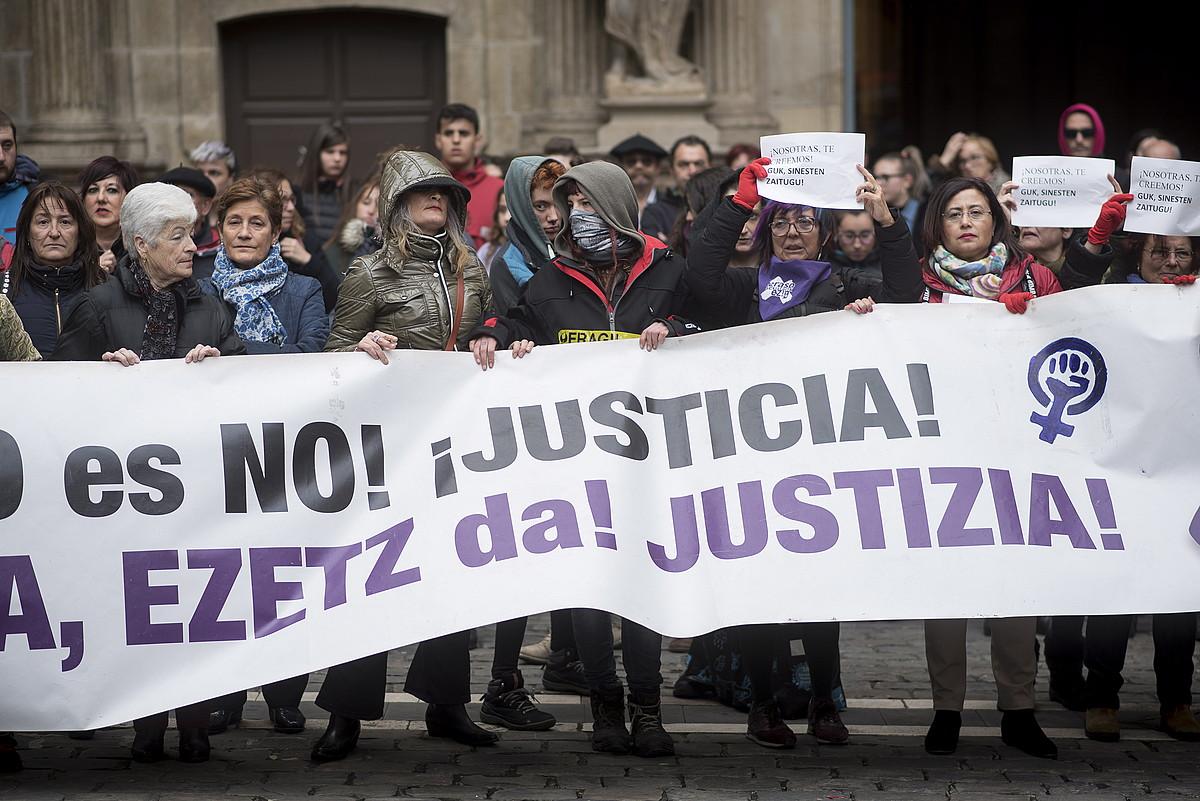 Iruñeko udaletxearen aurrean atzo arratsaldean eginiko protesta. ©I. URIZ / FOKU