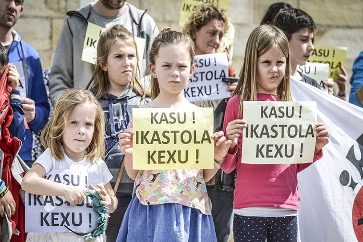 Iazko apirilean Sarako ikasle eta gurasoek eginiko protesta bat. ©I. MIQUELESTORENA
