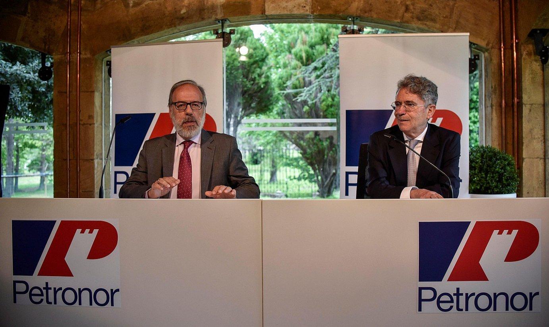 Jose Gregorio Luque Petronorreko kontseilari ordezkari berria, Emiliano Lopez Atxurrarekin. ©MIGUEL TOÑA / EFE