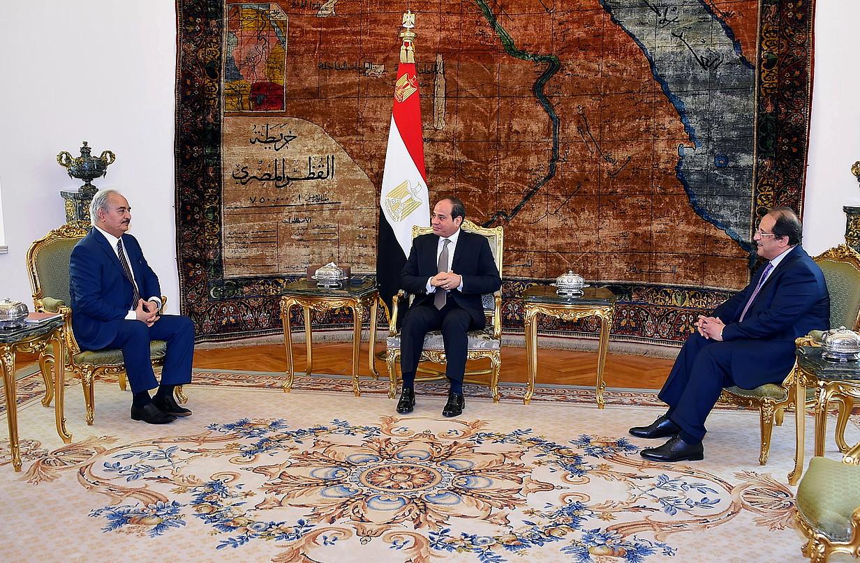 Abdelfatah al-Sisi Egiptoko presidentea, hilaren 14an, Kairon, alboan dituela Khalifa Haftar Libiako Armada Nazionaleko buruzagia eta Abbas Kamel Egitoko Zerbitzu Sekretuetako burua. ©EFE