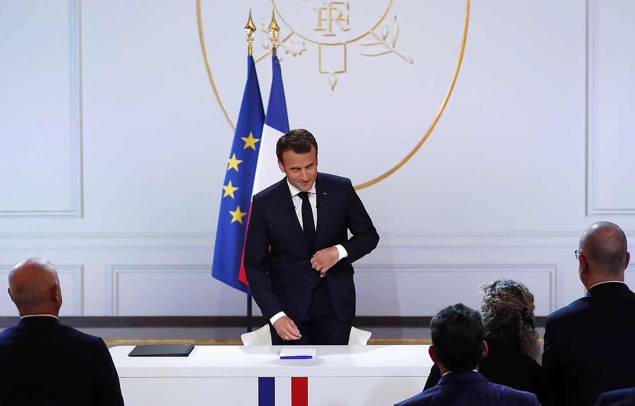 Emmanuel Macron Frantziako presidenteak ezohiko irudia utzi zuen atzo, Eliseoan egin zuen agerraldian. ©IAN LANGSDON / EFE