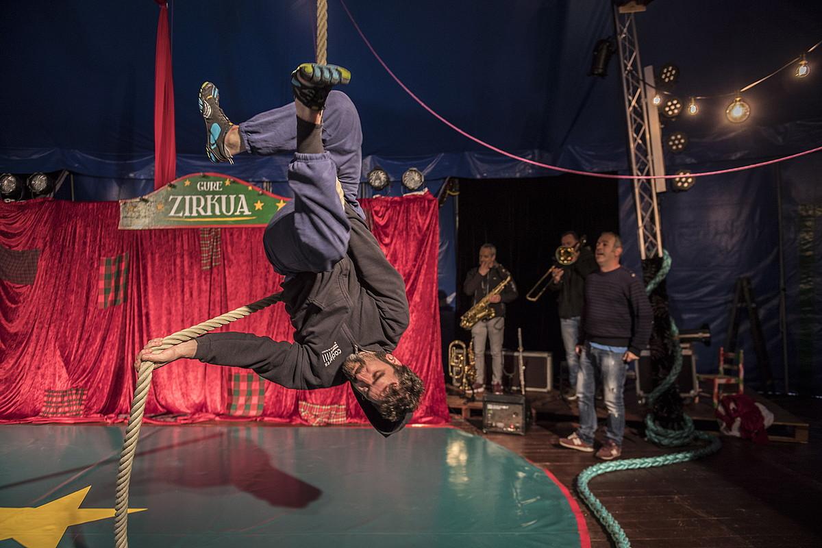 Gure Zirkuko kideak entseatzen, atzo, Oiartzunen. ©JUAN CARLOS RUIZ / FOKU
