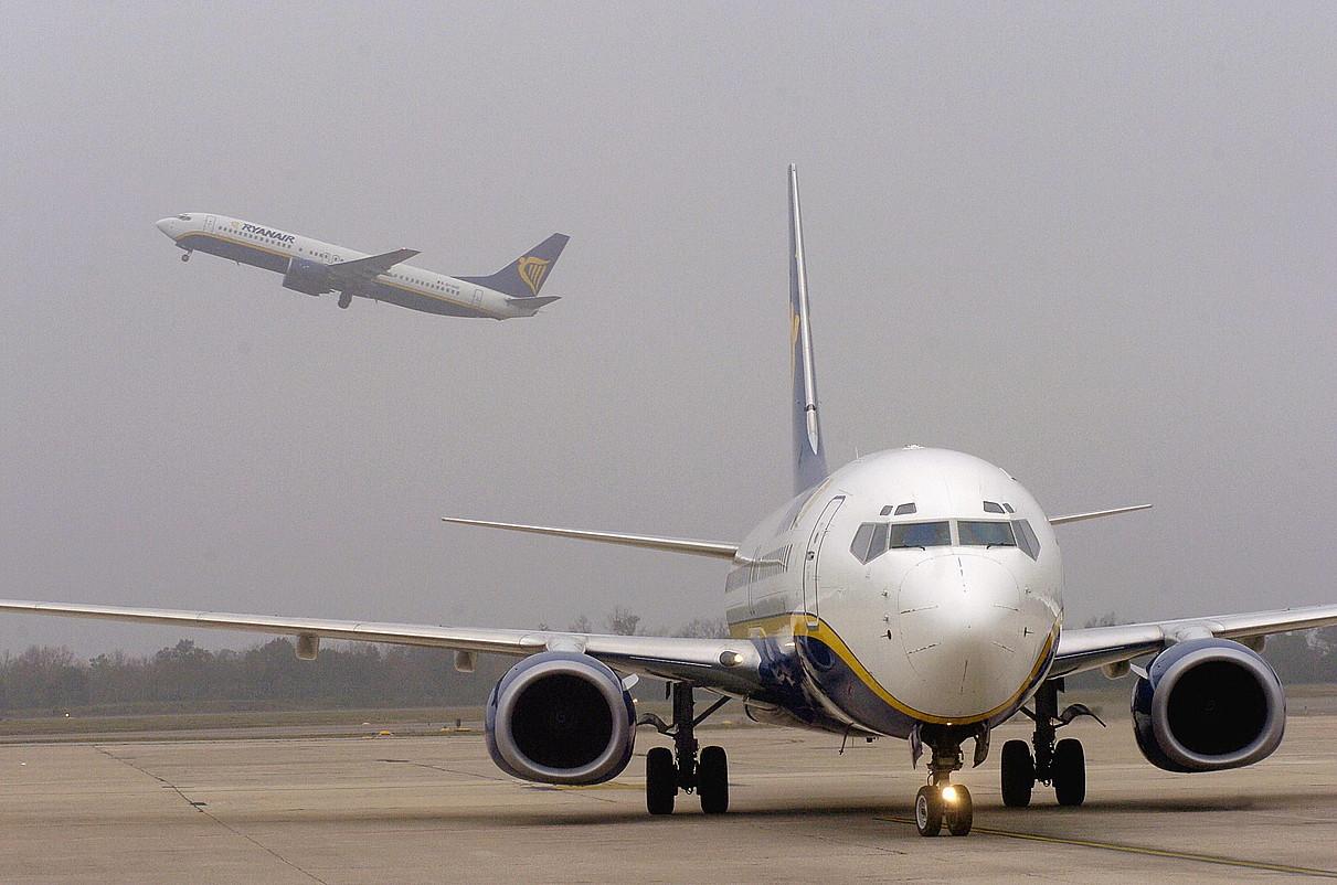 Ryanairreko bi hegazkin, artxiboko irudi batean. ©ROBIN TOWNSEND / EFE