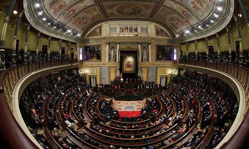 Espainiako Kongresua, beteta, iazko abenduan. Ganbera horretara doazen 23 euskal diputatu eta hamasei senatari aukeratuko dituzte gaur. ©ZIPI / EFE
