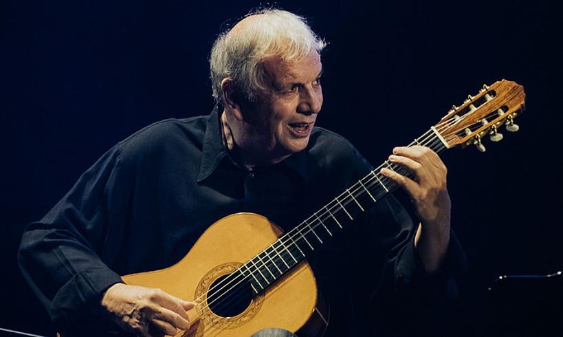 Ralph Towner gitarrista, zuzeneko emanaldi batean. ©BERRIA