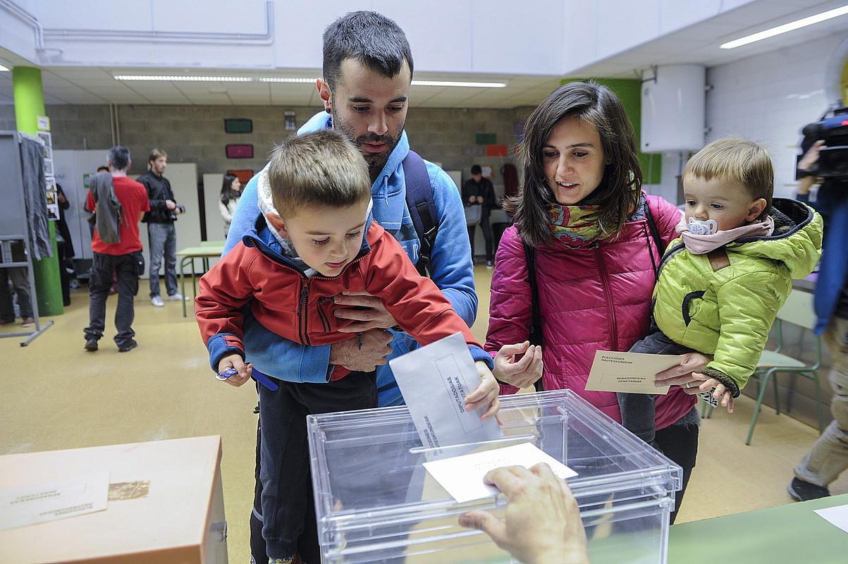 Familia bat botoa ematen, 2015eko Espainiako Gorteetarako bozetan.