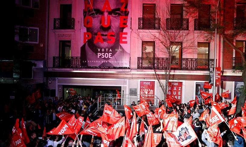 PSOEren egoitzan garaipena ospatzen, bart, Madrilen. ©JAVIER LOPEZ HERNANDEZ/EFE