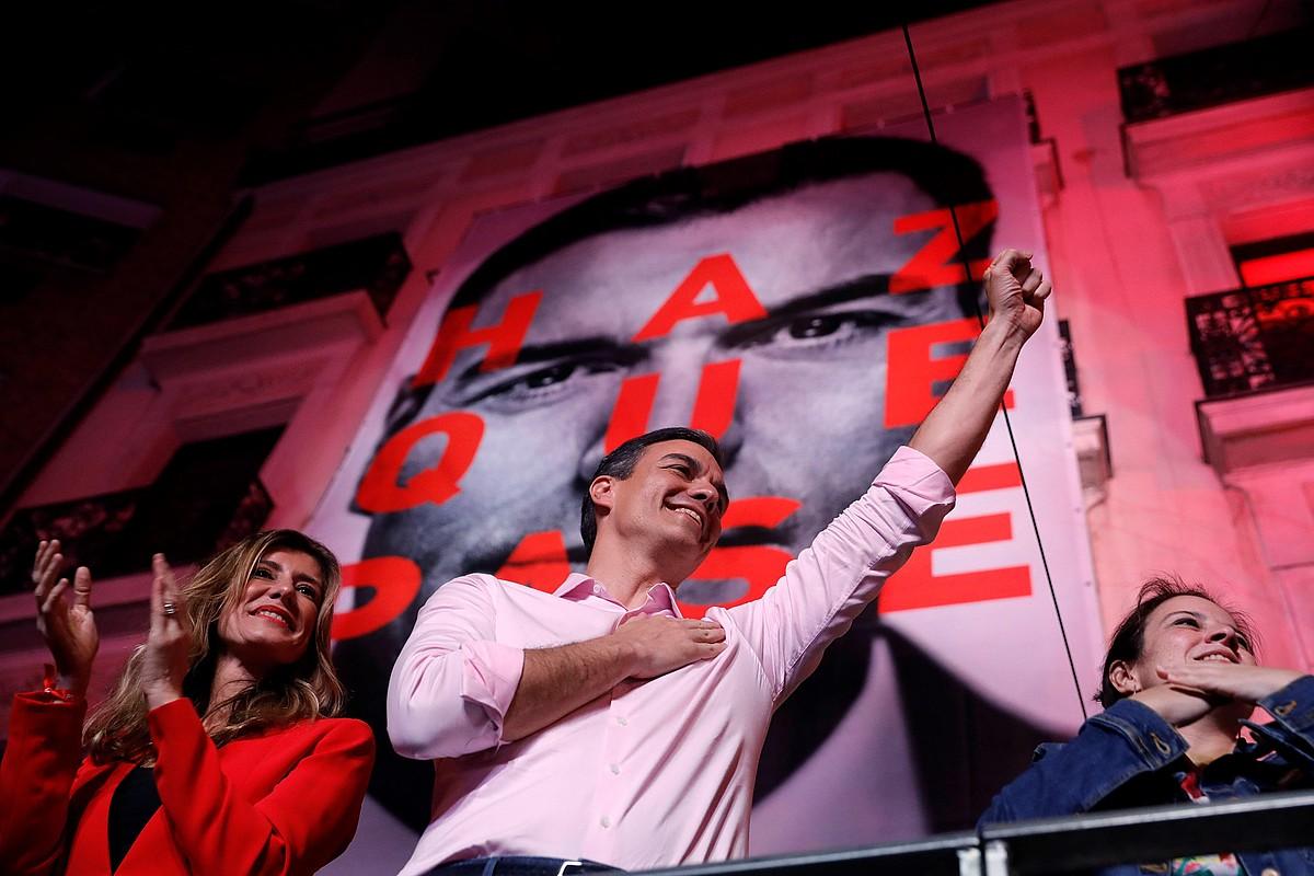 Pedro Sanchez PSOEko idazkari nagusia garaipena ospatzen, atzo, Madrilgo Ferraz kalean.