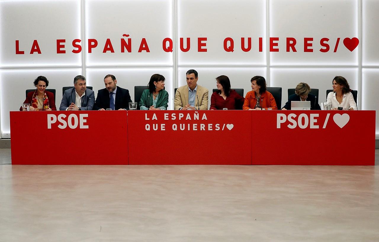 <b>Sanchez, txalo artean.</b> PSOEko zuzendaritza atzo arratsean batzartu zen, emaitzak aztertzeko.