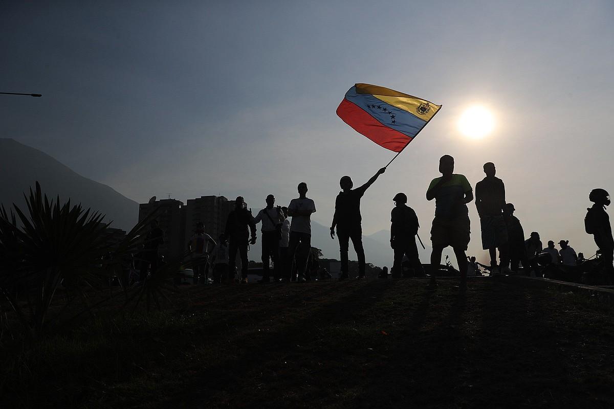 Juan Guaidoren jarraitzaileak kalera atera ziren atzo; baita Nicolas Maduro Venezuelako presidentearen aldekoak ere. Argazkian, oposizioko buruaren zale batzuk. ©MIGUEL GUTIERREZ / EFE