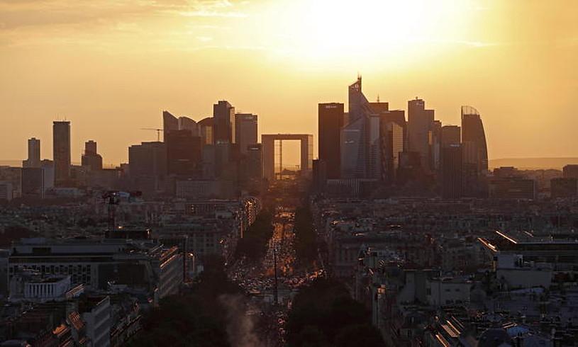 Neullyko La Defense auzoa, Frantziako finantza hiriburua. Frantziako ekonomiak ez du moteldu hazkunde tasa. ©GUILLAUME HORCAJUELO / EFE
