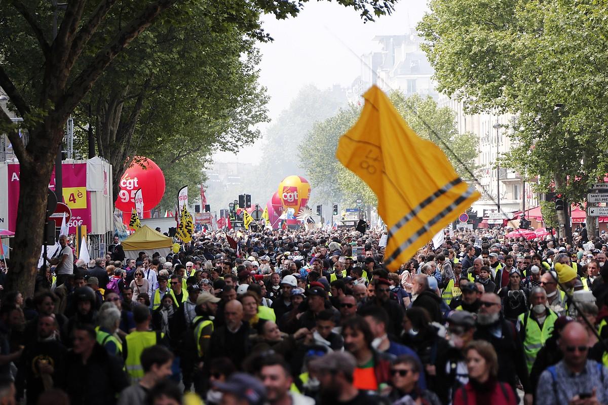 <b>Paris. </b>Sindikalisten gorria jaka horiekin eta beltzezko militanteekin nahastu zen atzo Frantziako hiriburuan. ©IAN LANGSDON / EFE