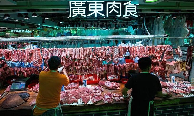 Txerri haragia salgai Hong Kongeko Tseung Kwaneko merkatu batean, joan den abenduan. ©ALEX HOFFORD / EFE