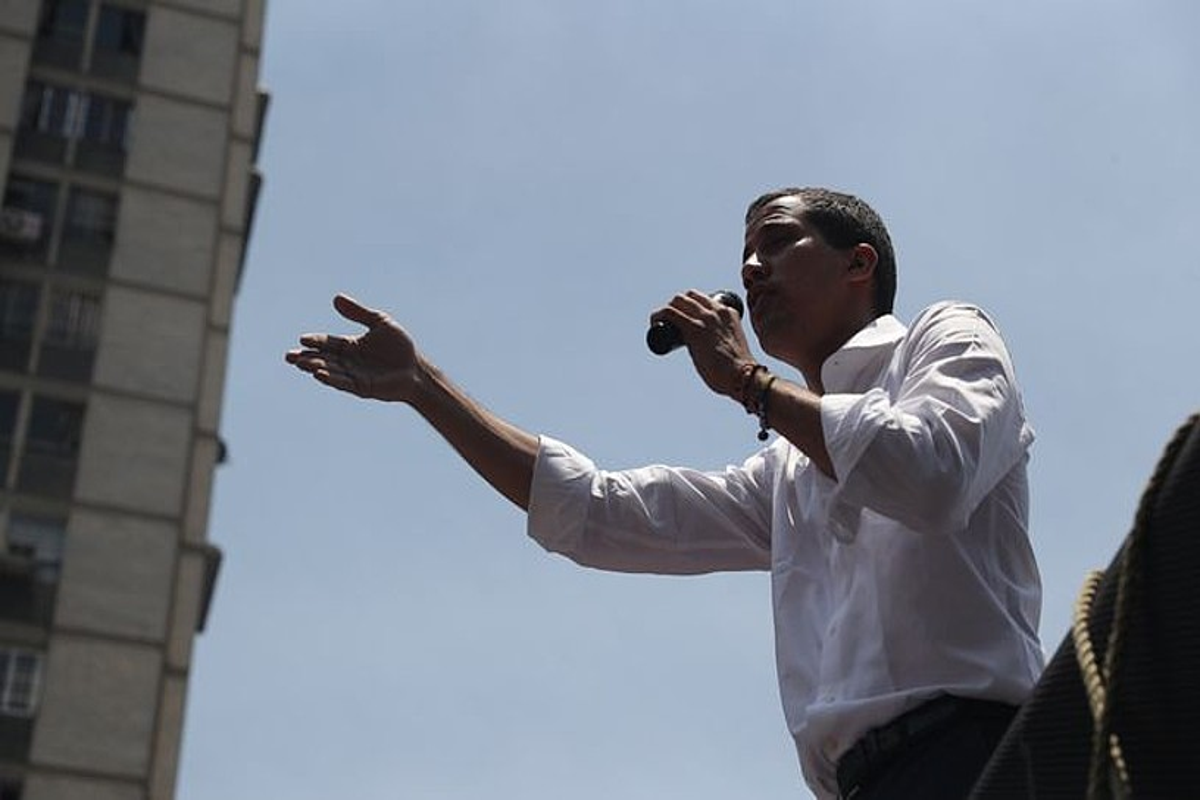 Juan Guaido bere burua Venezuelako presidentetzat duena, atzo, Caracasen, bere jarraitzaileei hitz egiten. ©MIGUEL GUTIERREZ / EFE
