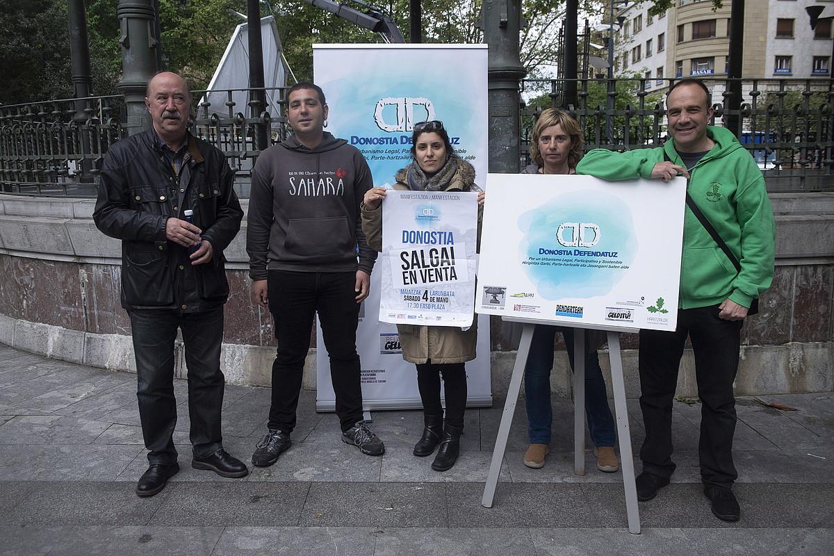 Amador Biteri eta Eihar Egaña, ezkerretik, eta Xabier Rubio, eskuinetik lehena, manifestazioa aurkezten, atzo. ©J. URBE / FOKU