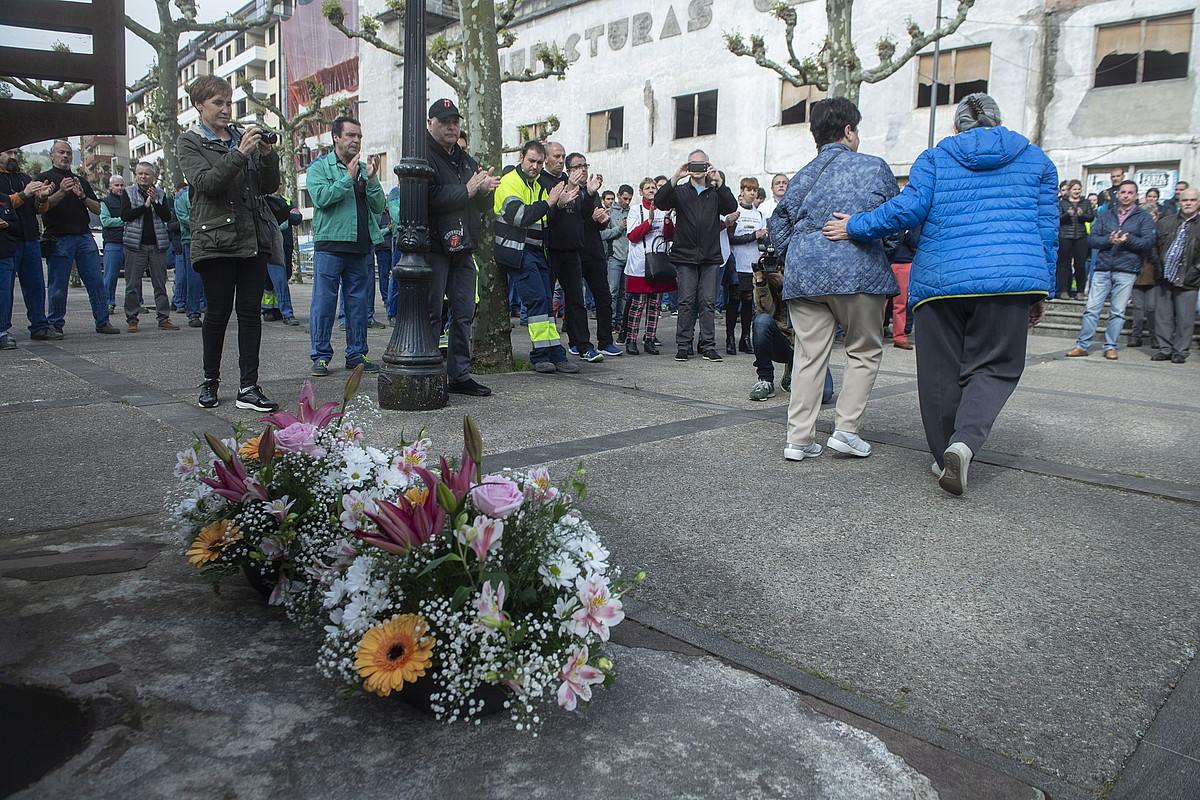 CAFen amiantoagatik hildako 37 lankideei egindako omenaldia, Beasainen, joan den asteartean. ©JON URBE / FOKU