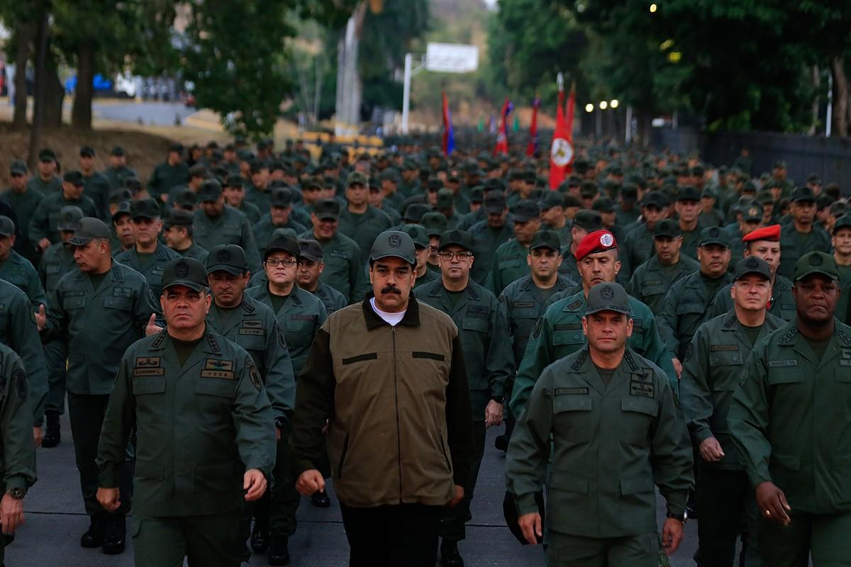 Nicolas Maduro Venezuelako presidentea armadako kideekin, atzo, Caracasen egin zuten <em>Leialtasunaren martxan</em>. ©EFE