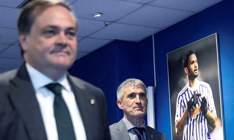 Jokin Aperribai eta Roberto Olabe, futbol zuzendariaren aurkezpenean. ©JAVIER ETXEZARRETA / EFE