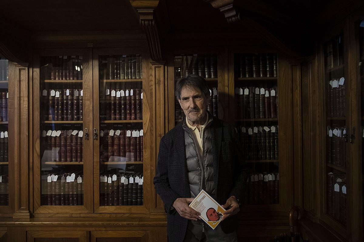 Ramon Saizarbitoria idazlea, <em>Egunero hasten delako</em> liburu berrargitaratu berria eskutan, atzo, Donostiako Udal Liburutegian. ©JON URBE / FOKU
