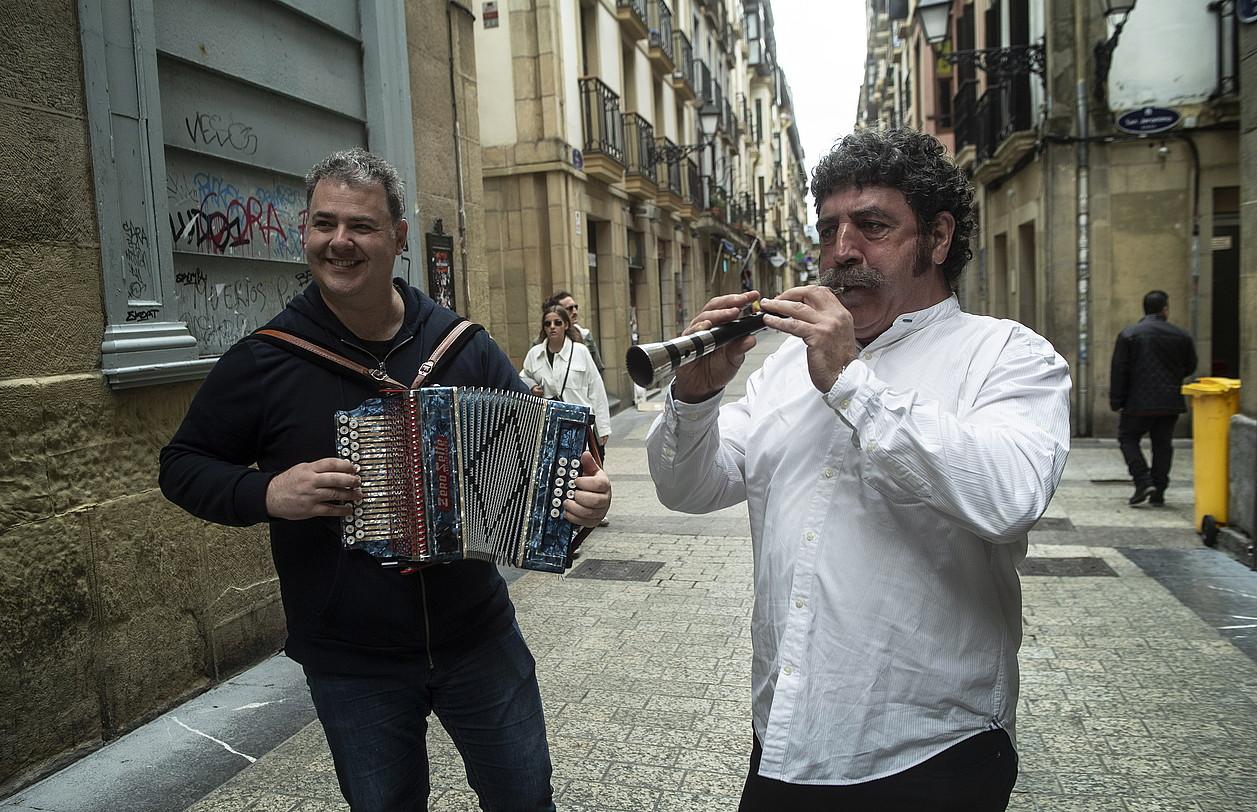 Alejandro Irizar dultzaina jotzen eta Jon Ostolaza soinuarekin, <em>Osto eta Ale</em> diskoaren aurkezpenean. ©JON URBE / FOKU