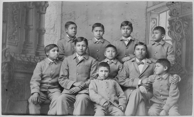 Haur indigenak, 1880an, Pennsylvaniako (AEB) Carlisle Indiar Eskolan hartutako irudian. ©AEB-ETAKO ARTXIBO NAZIONALA