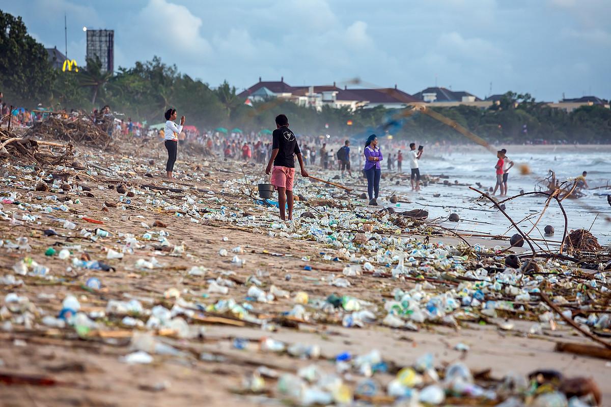 Itsas ekosistemetako arazo handienetako bat da plastikoaren pilaketa. ©IPBES