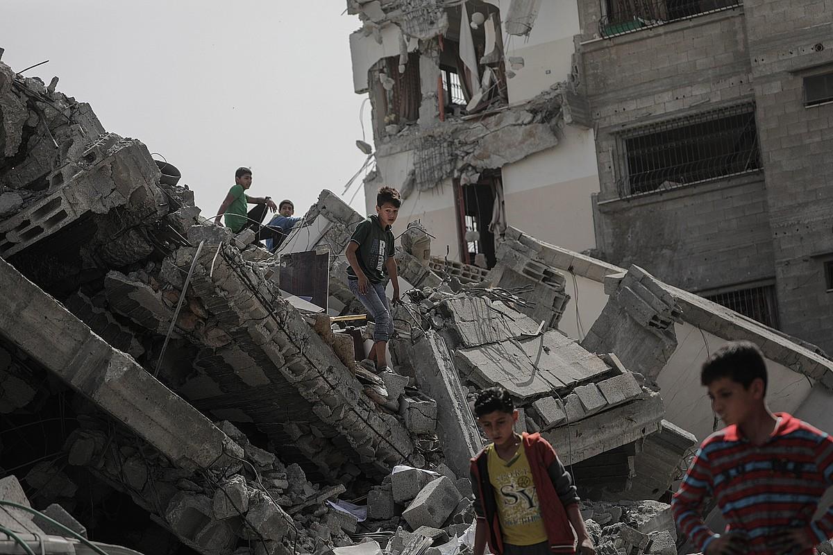 Haurrak jolasean, atzo, Israelgo armadak asteburuan egindako bonbardaketek suntsitutako eraikinen artean, Gazan. ©MOHAMMED SABER / EFE