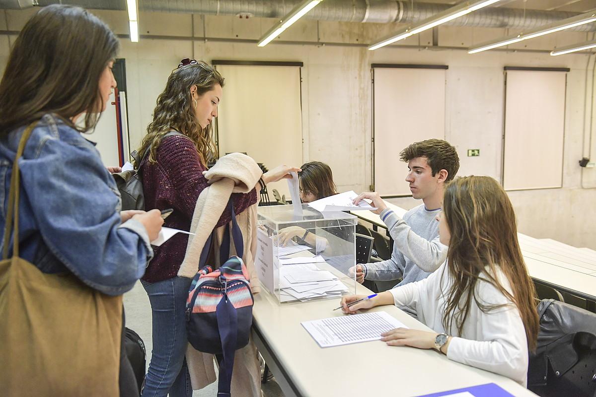 Nafarroako Unibertsitate Publikoko ikasle talde bat errektorea hautatzeko botoa ematen, atzo. ©IDOIA ZABALETA / FOKU