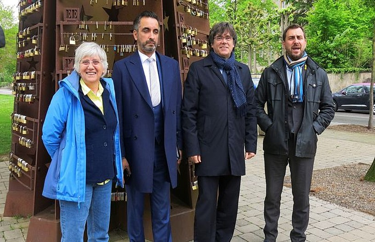 Puigdemont, herenegun, Schengenen. Haren eskuinean Anwar abokatua eta Ponsati, eta ezkerrean Comin. ©L. MALVESI / EFE