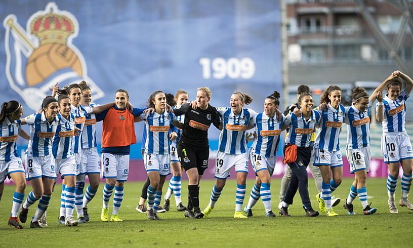Realeko jokalariak, Anoetan, Sevillari finalerdietan irabazi eta finalerako sailkatu izana ospatzen.