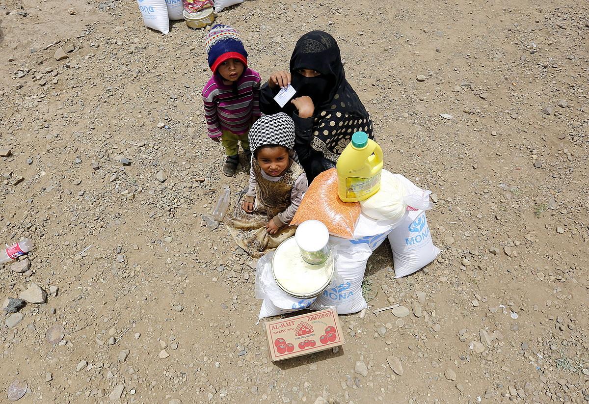 Yemengo emakume bat seme-alabekin, desplazatuen gune batean, Sanan. Yemengoa munduko krisi humanitariorik larriena da; 26 milioi lagunek behar dute laguntza. ©YAHYA ARHAB / EFE