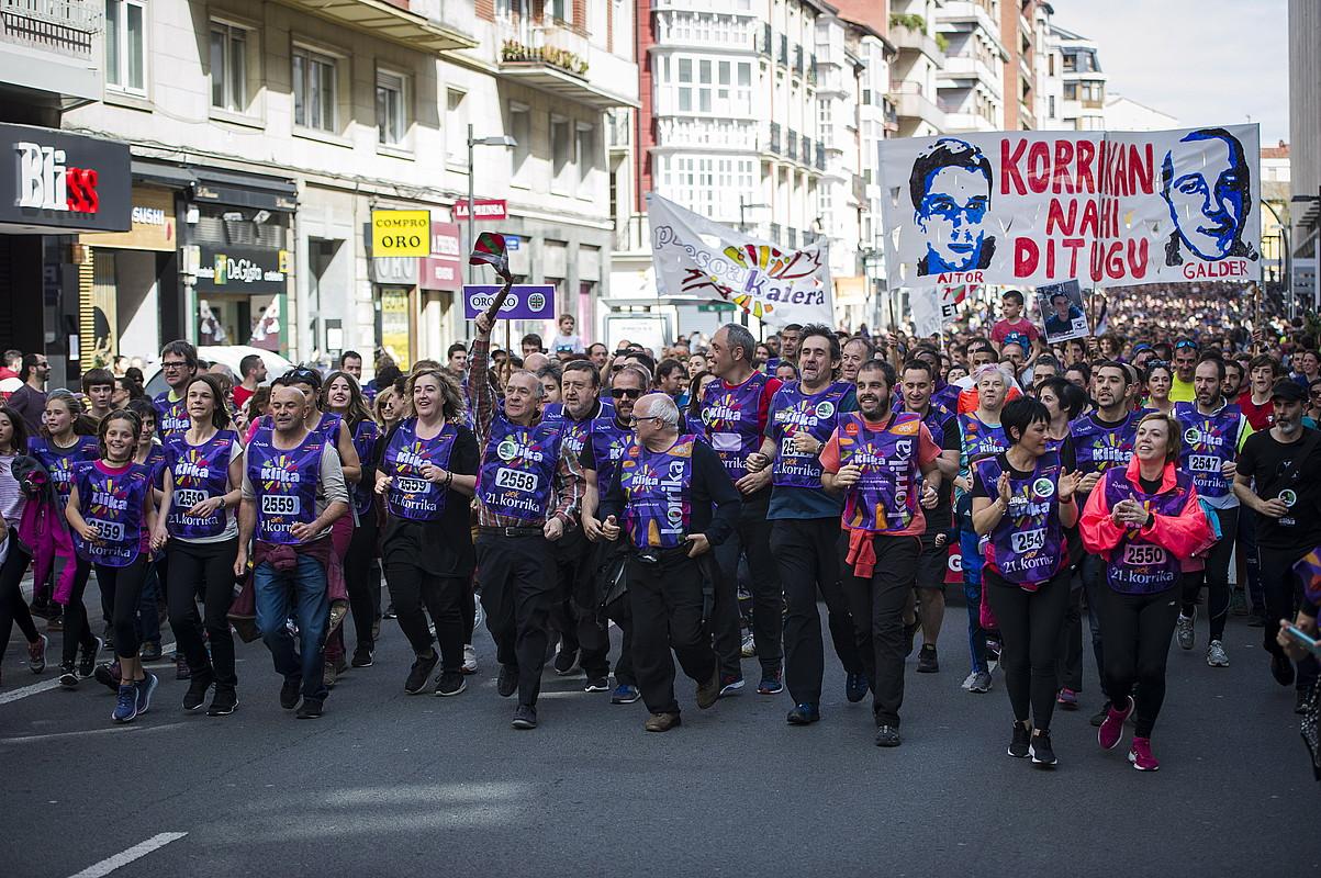 Euskal presoen aldeko afixak 21. Korrikaren azken kilometroetan, Gasteizen.
