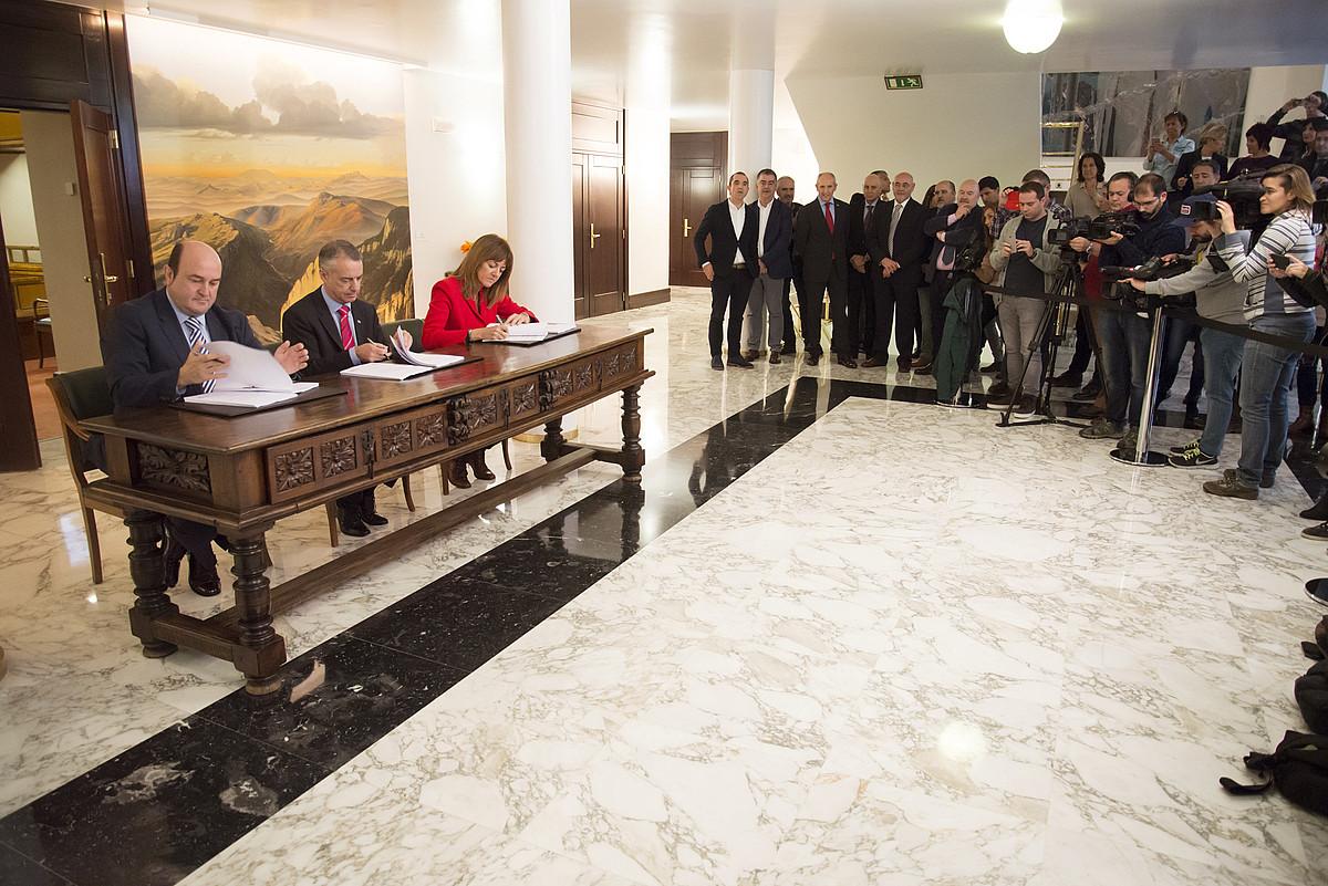 Ortuzar, Urkullu eta Mendia, 2016ko azaroan, Jaurlaritzarako gobernu ituna sinatzen.