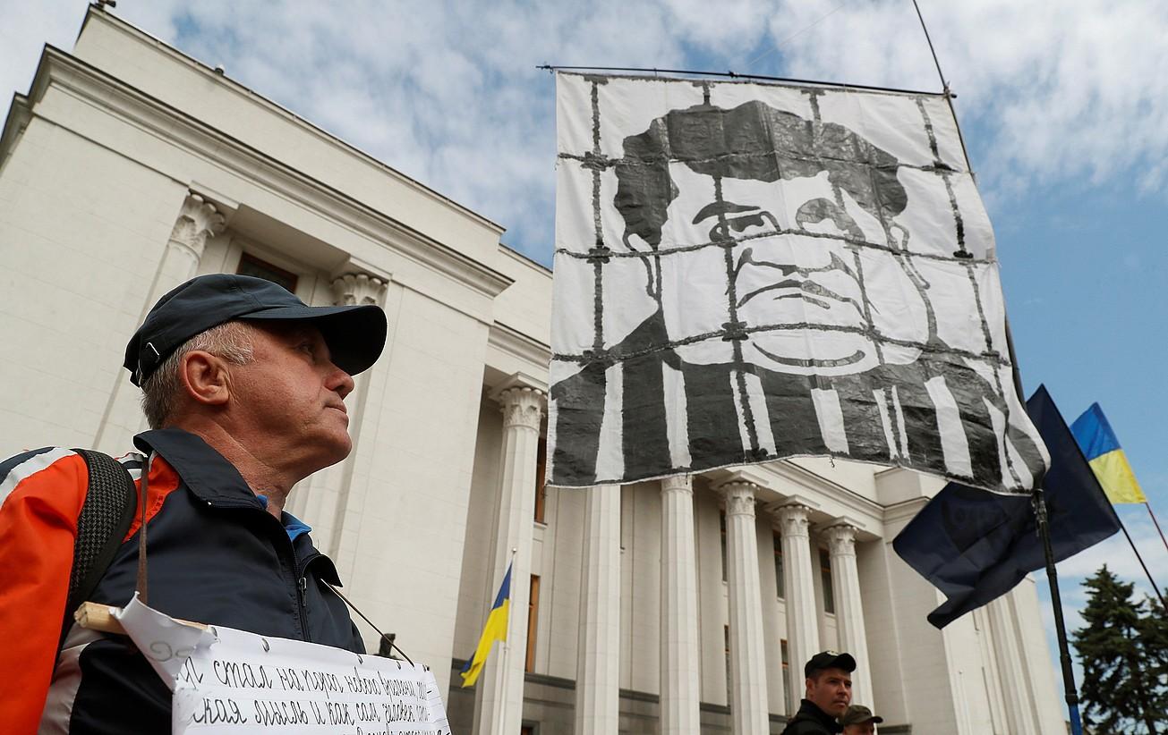 Poroxenkoren aurkako pankarta bat, atzo, Kieven. ©SERGEY DOLZHENKO / EFE